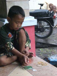 Seorang Bocah Menghitung & Memisahkan Karet Gelang