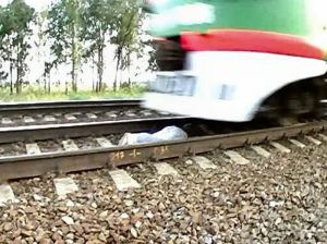 Gerbong Terakhir Kereta Yang Melintas di Atas Sang Gadis