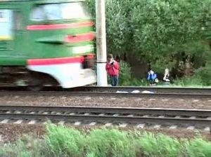 Kereta Api Tengah Melintas