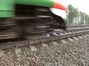 Kereta Tepat Melintas Di Atas Gadis Yang Tidur Di Antara Jalur Rel