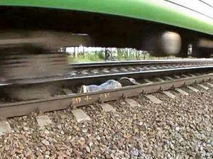 Sang Gadis Terlihat Tengah Tengkurap Di Bawah Kereta Yang Tengah Lewat