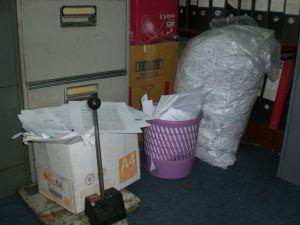 Sampah Kertas di Sudut Ruangan