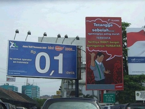 Contoh Perang Iklan XL vs Telkomsel di billboard Medan