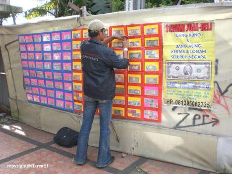 Jual-Beli Uang Kuno di Alun-Alun Bandung