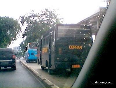 Gue Tentara, Suka-Suka Gue Mau Ngelanggar Jalur Busway. Mau Apa Loe?