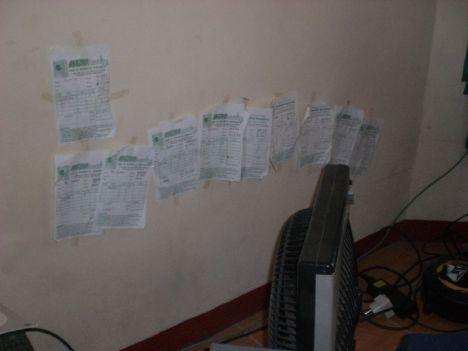 Aneka tagihan laundry ditempel di tembok seadanya