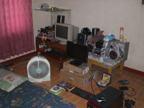 Kamar diisi komputer, printer, speaker