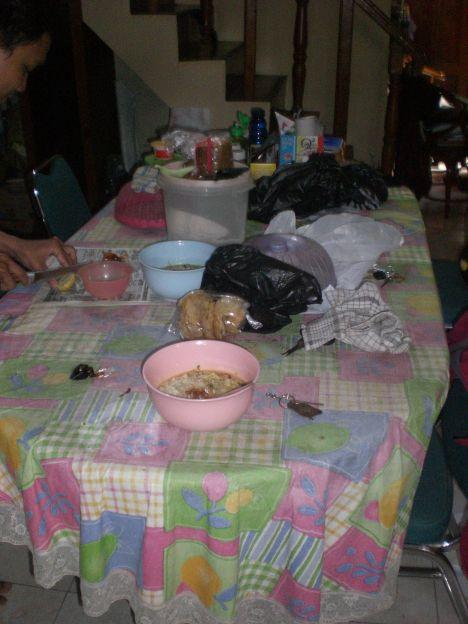 Meja makan penuh barang