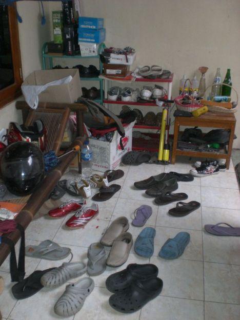 Sandal berantakan tak tertata