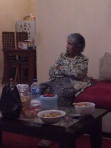 Nenek Buyutku Sedang Serius Menonton TV