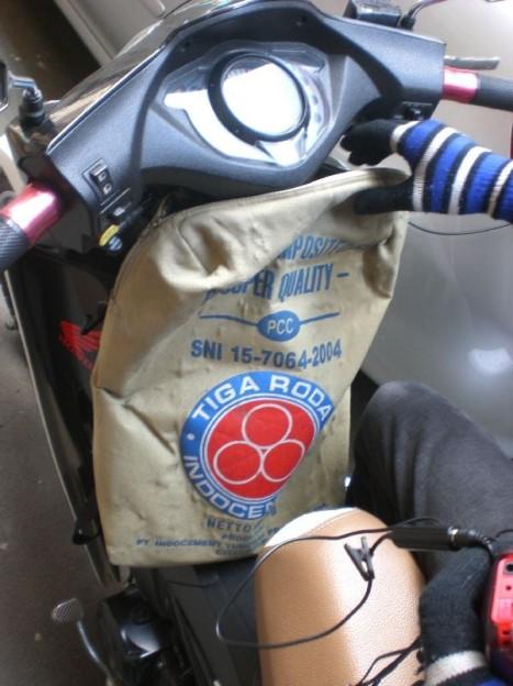 Tas Unik, Tas Ini Bentuknya Sepertinya Sack Semen. Namun Fungsinya Tetaplah Sebagai Tas. Kreatif. Milik Kawanku.