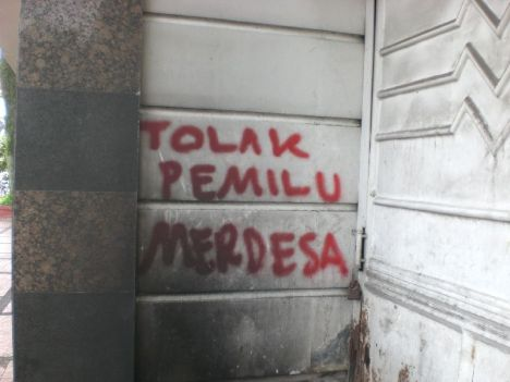 Tolak Pemilu, Merdesa! (Grafiti ini kupotret di tembok bangunan di depan Gedung Merdeka Bandung)