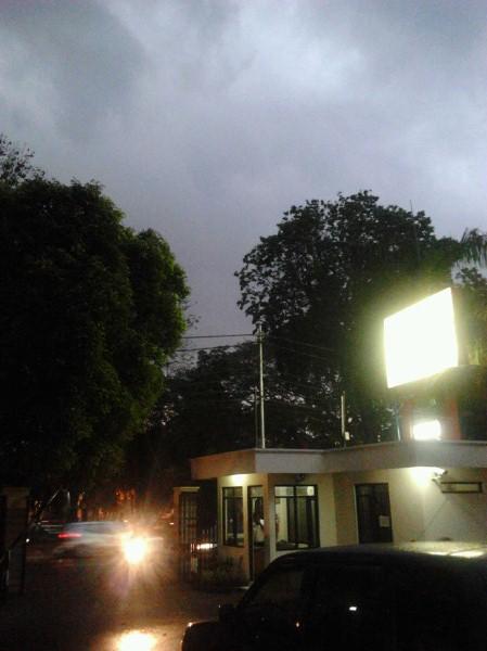 Langit Mendung Menjelang Hujan di Jakarta
