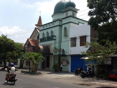 Masjid Al Hikmah dan Gereja Kristen Jawa di Surakarta (Foto Niken Satyawat