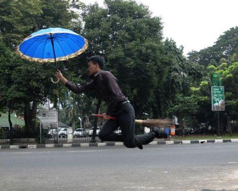 sapu terbang dan payung