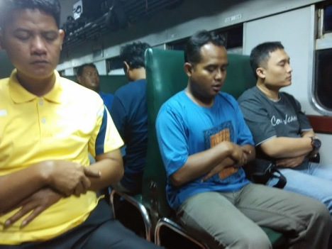 Shalat Jamaah di Kereta